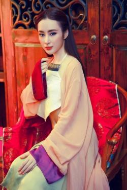 [ Người đẹp ] Angela Phương Trinh khoe vai trần